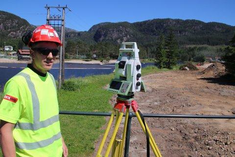 KARTLEGER: Stikningsingeniør Oddbjørn Heiland i Risa bruker broen på Tonstad som utgangspunkt når han skal kartlegge den østlige elvebredden nord for broen.