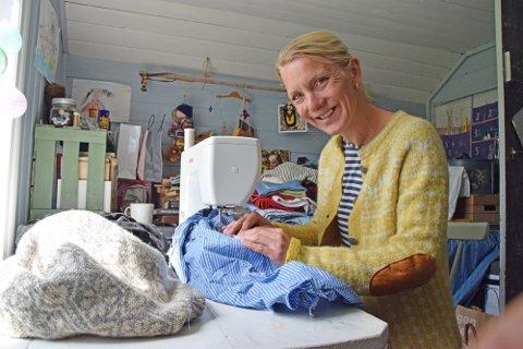 NY JOBB: Ellen Marie Tesaker hjemme på gården i Gyland sammen med symaskinen. Nå har kona til Oppfinneren fått ny jobb. Hun blir rektor på Feda skole.