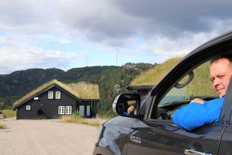SOL OG VIND: Eilif Sandvand Galdal har solgt 46 av 47 hyttetomter i Sandvand hyttefelt. På heia i bakgrunnen er noen av turbinene til Tonstad vindkraftverk der Eilif er en av grunneierene.