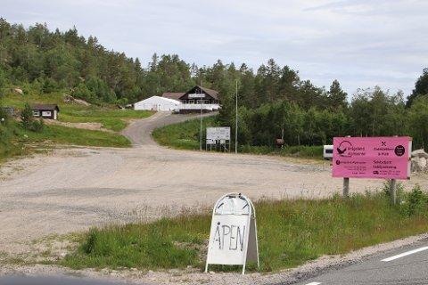AKTIVE: Også i sommer var det perioder med aktivitet på Krågeland Alpinsenter med gatekjøkken og selvbetjent bobilparkering. Nå søker aktørene om kommunal støtte til snøanlegg.
