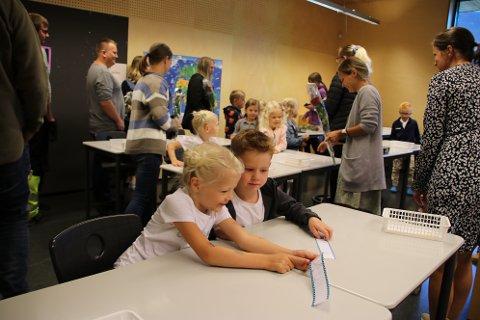 PÅ PLASS: På plass i klasserommet fant førsteklassingen navnene sine på lapper på pultene.