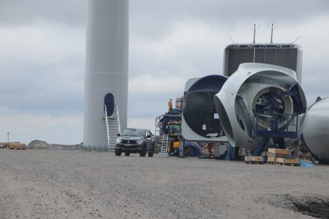 FOR FULLT: Monteringen av turbiner pågår for fullt på Buheii, men er litt forsinket på grunn av koronasituasjonen. Flertallet av politikerne i Kvinesdal og Sirdal er negative til å gi et halvt års utsatt frist for å sette hele parken i drift.