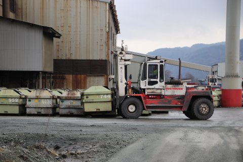 SAMLER OPP: Store deler av uteområdet rundt Eramet er nå asfaltert og har fått nye oppsamlingskummer for vann som går til renseanlegg for å unngå utslipp til grunnvann og Fedafjorden.