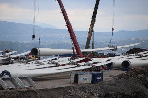 UNDER BYGGING: Buheii vindkraftverk har nå ferdigstilt om lag halvparten av turbinene (11 ferdig montert). Denne uken er det tilsyn fra statlige, fylkeskommunale og kommunale myndigheter av kraftlinjen over til Ertsmyra og av selve vindparken.