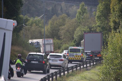 KØDANNELSE: Hendelsen førte til kødannelse en kort periode før lastebilen kjørte videre og personbilen ble stående utenfor veibanen.