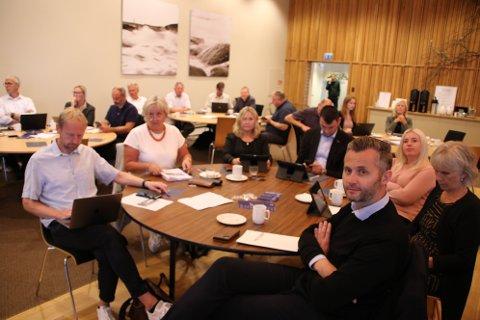 MANGE SAMLET: Politikerne fra formannskapet i Kvinesdal er en av de mange gruppene som var samlet i Lyngdal tirsdag ettermiddag.