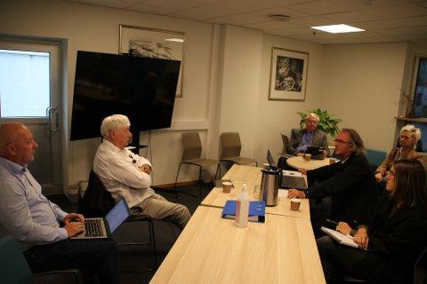 ORIENTERTE: Sekretær Willy Gill (helt til venstre i bildet) orienterte kontrollutvalget i Flekkefjord  her representert med Aksel Børren Nilsen (Frp), Sigmund Kroslid (KrF), nestleder Ann Sylvi Vikeså (V), leder Omar Schevik (Ap) og vararepresentant May Grete Fladen Vatland (H).