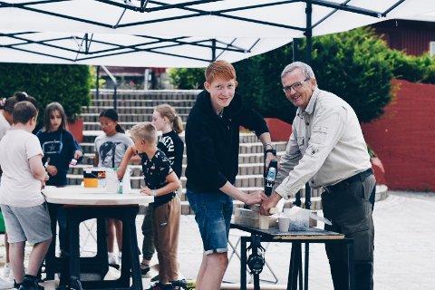 POPULÆR TEST. Publikum strømmet til da Webstep og samarbeidspartnere testet ut konseptet sitt i Lunds kommune sentrum. På bildet f.v. barnebarn Aksel Kro-Halvorsen og bestefar Ståle Kro.