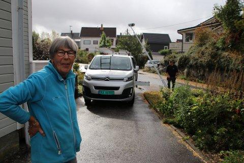 SMALT: Hjørdis Gåsland i Uenesveien i Flekkefjord mener den kommunale veien er så smal at den burde vært skiltet «innkjøring forbudt»