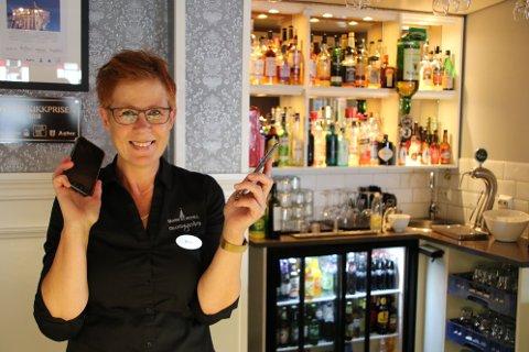 HELT FULLT: Resepsjonist Rita Eigeland på Grand hotell i Flekkefjord opplyser at alle plasser for middagsservering er fylt opp for i kveld.