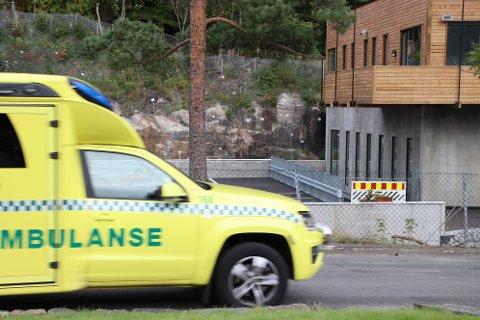 PÅ FARTEN IGJEN: Beboere i Lund melder om at ambulansen i enkelte uker er på utrykning  med blålys mer enn 30 ganger på samme adresse.