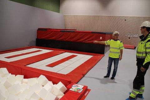 OPP AV GULVET: Daglig leder Inge Fagerli i Ifact Idrettsanlegg AS viste i dag frem for vaktmester Kjetil Årstad hvordan det splitter nye utstyret i turnhallen i Flekkefjord Sparebank Arena fungerer.