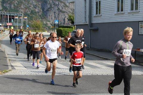HALVMILA: Flekkefjord-løperen Øivind Eie t.v. slo følge med barnebarnet Brage August Eie Vatland og de gjennomførte halvmila i Farsund på under 31 minutter. FOTO: ROY HARBAKK