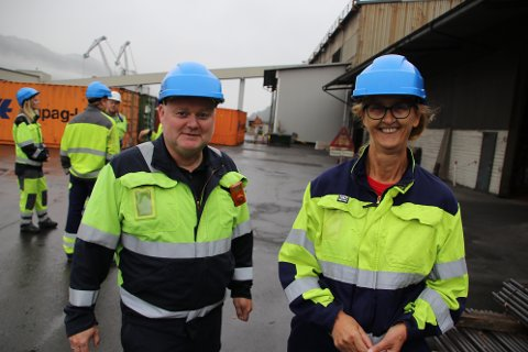 BEDRIFTSBESØK: LO-sekretær Are Tomasgard og stortingspolitiker Kari Henriksen besøkte tirsdag Eramet i Kvinesdal. De garanterer for en politikk som vil ta hensyn til de utfordringene som industrien har.