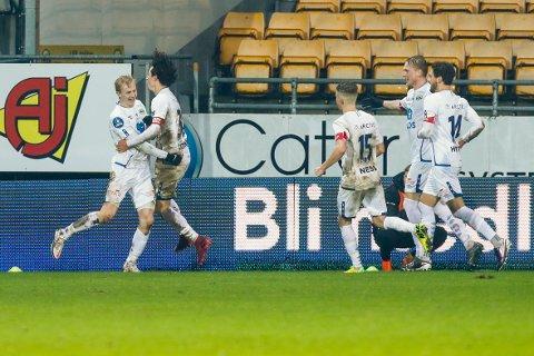 KUNNE JUBLE: Groruds Oscar Aga jubler med lagkamerater etter 0-1 målet under 1. divisjonskampen i fotball mellom Lillestrøm og Grorud på Åråsen stadion.