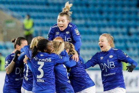 SUSER: Vålerengas Marie Dølvik Markussen (øverst) jubler med lagvenninner etter 0-2 målet under cupfinalen i fotball mellom LSK kvinner og Vålerenga på Ullevaal Stadion i Oslo.