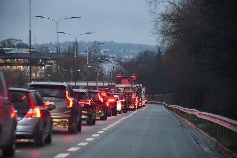 LANG KØ: To felt ble stengt som følge av ulykken. Det førte til lang kø i området.