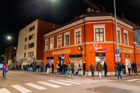 Polutsalgene i Oslo har sett et kjempebyks i første halvår i år. Bildet er tatt sent i november, og viser polkøen på Grünerløkka like før stengetid. Foto: Håkon Mosvold Larsen / NTB