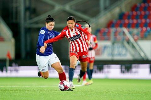 NY SPILLER: Dejana Stefanovic (VIF) og Ylinn Tennebø (Avaldsnes)  under semifinalen i cupen mellom Vålerenga og Avaldsnes på Intility Arena. Nå har Ylinn Tennebø signert kontrakt med Vålerenga.