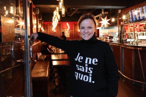 SER HUMOREN I DET: Mille Eikeland hos Cafe Fiasco synes det er hyggelig dersom designerne bak den nye Munch-logoen har latt seg inspirere av utestedets profil.