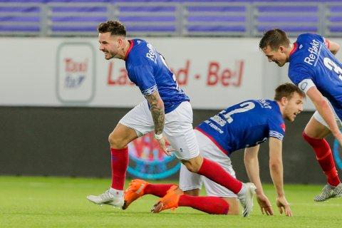 OPPTUR: Vålerengas Aron Dønnum jubler med lagkamerater etter 1-0 målet under eliteseriekampen i fotball mellom Vålerenga og Rosenborg på Intility Arena.