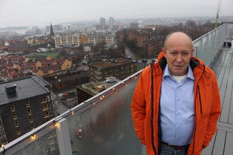 BOR HØYT: Ivar Anton Jakobsen bor høyt over Oslo. Han føler seg trygg, men blir litt skremt av at brann- og redningsetaten har fulgt opp høyhus i altfor liten grad i sitt forebyggende arbeid.