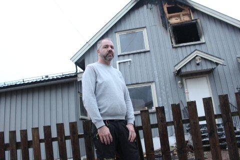 TRIST: Torodd Kallevig synes det er trist å se at huset, som har vært i familien helt til i høst, ble kraftig skadet i brannen.