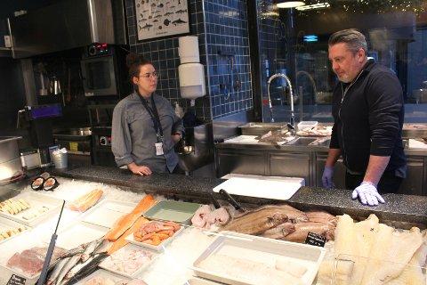 TØFFERE TIDER: Restaurantsjef Marte Høllen og fiskeansvarlig Jan Fredrik Braathen ved Fiskeriet Youngstorget har tydelig merket nedgangen i 2020 da koronarestriksjonene inntraff.