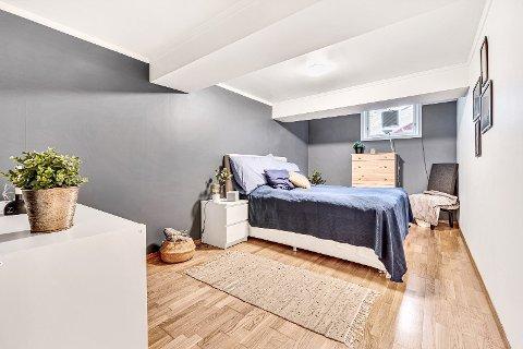 IKKE GODKJENT: Rømningsveien på dette soverommet tilfredsstiller ikke alle krav, og rommet kan derfor ikke kalles soverom i boligannonsen. Det får selgeren til å reagere.