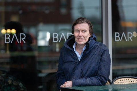 REAGERER: Utelivsgründer Bo Vivike, her utenfor sitt eget sted, BAR Tjuvholmen, mener staten flår bedrifter som sliter. Foto: Jørgen Hyvang