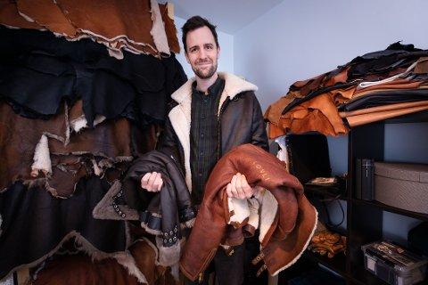 Kristian Løvås begynte å sy for fire år siden. Nå lager han blant annet flotte skinnjakker og pc-vesker, under merkenavnet Løvli.