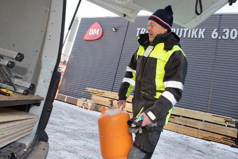 GLAD: Byggmester Øivind Rommen trodde Byggmakker måtte stenge, men er glad for å holde driften i gang. Foto: Jørgen Hyvang