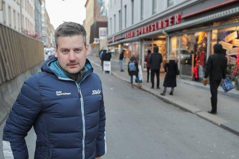 SKIKØ: Langrennssjef Anders Gauslaa ved Oslo Sportslager har kø av kunder som ønsker å fornye skiparken før de tar turen ut i Østmarka, Nordmarka eller andre steder i Oslo. Foto: Jørgen Hyvang