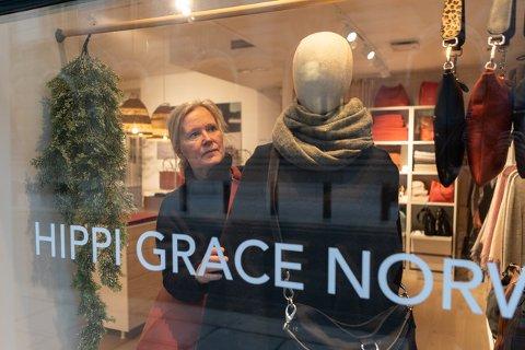 OPTIMIST: Toril Opsal Thorp driver veskebutikken Hipp Grace i Prinsens gate, og tror de fysiske butikkene vil overleve på sikt. Foto: Jørgen Hyvang
