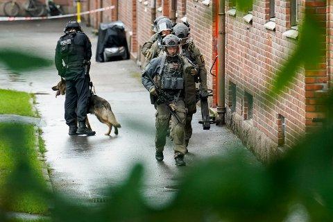BEVÆPNET: Politiet rykket ut med tunge ressurser, blant annet mannskap fra Beredskapstroppen, etter melding om skyting i Christian Michelsens gate på Torshov i fjor sommer.