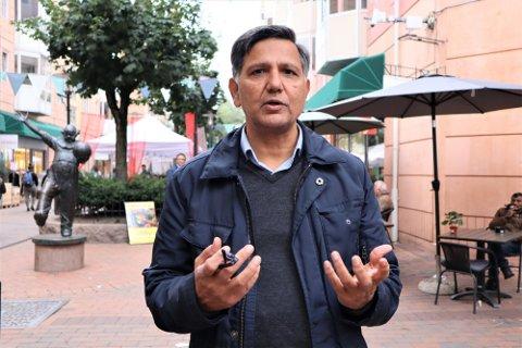 MENER AP IKKE SATSER NOK PÅ MINORITETSPOLITIKERNE: Khalid Mahmood, som selv har 32 år bak seg i bystyret, mener at Ap ikke er flinke nok til å løfte folk med innvandrerbakgrunn opp i de viktige stillingene.