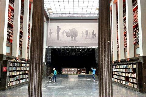 """FOTOFESTIVAL: På Det Gamle Biblioteket er bøkene ryddet bort. I disse dager kan man oppleve fotografier av 100 fotografer på fotofestivalen Oslo Negativ. Bildet er fra utstillingen """"The Day May Break"""" av Nick Brandt."""