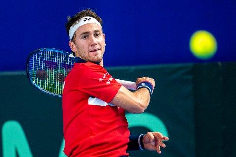 Casper Ruud tørker svette i en pause i kampen mot Khumoyun Sultanov fra Usbekistan i første runde av Davis Cup.