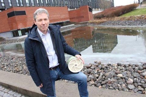 UTSPILL: Selskapet Waterise kan tilby Oslo kommune en vesentlig billigere og raskere løsning enn dagens vedtatte gigantprosjekt, ifølge styreleder Niels Petter Wright i Waterise. Her med en revers osmose membran i hånden, som er del av deres teknologi.