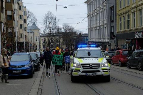 AKSJONERTE FOR KLIMAET: Tre aktivister fra gruppen Extinction Rebellion ble i mars 2020 arrestert etter å ha gått på ski opp Hegdehaugsveien.