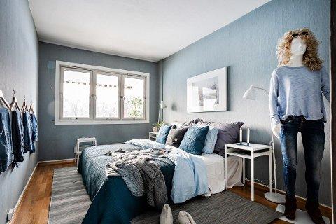 TURID: Turid viser fram hovedsoverommet i boligen som er til salgs. SVEIP FOR FLERE BILDER.