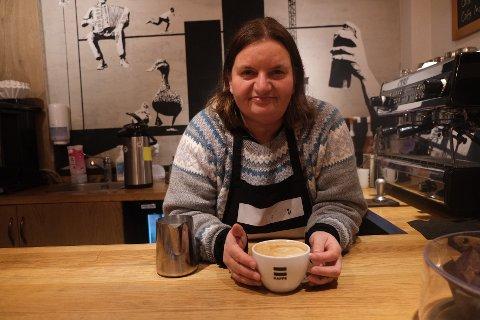 STOLT BARISTA: Maud Anniken Nordengen har jobbet som barista i kaffebaren Erlik Kaffe siden 2017. Hun syns det er stas å få anerkjennelse for jobben hun er så glad i.