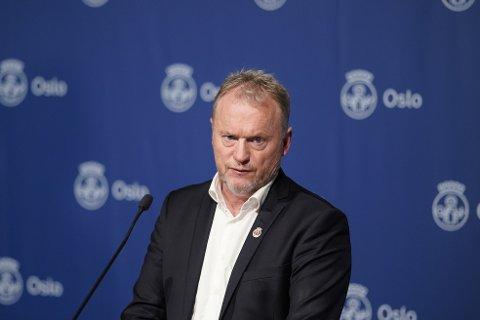 STRAMMER TIL: Byrådsleder i Oslo, Raymond Johansen (Ap) presenterer nye og strengere koronatiltak på en pressekonferanse i Oslo rådhus søndag ettermiddag.