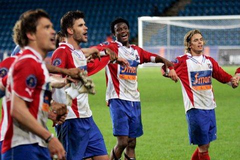 John Obi Mikel (i midten) er på listen over Lyns 15 beste fotballspillere gjennom tidene.