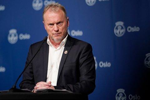 Byrådsleder Raymond Johansen (Ap) i Oslo sier han er lettet over at Folkehelseinstituttet nå anbefaler en endring i vaksinasjonsstrategien. Foto: Fredrik Hagen / NTB