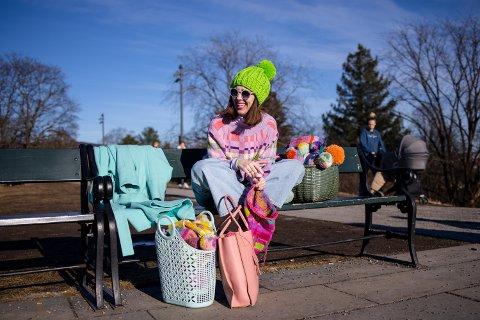 Designer Ingunn Birkeland (41) får ikke nok av farger. Nå tar med  det fargerike strikketøyet ut i parken på St.Hanshaugen.