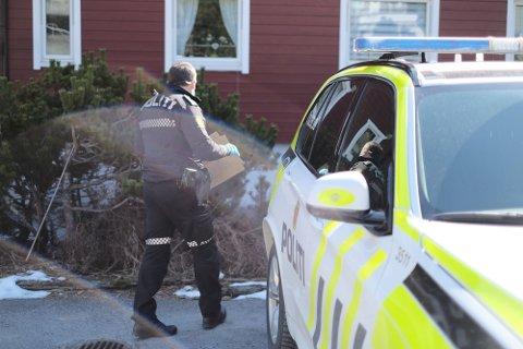 BESLAG: Politiet utførte ransaking på boligen til den drapssiktede 36-åringen onsdag ettermiddag. Han var de siste årene bosatt på Kongsberg.
