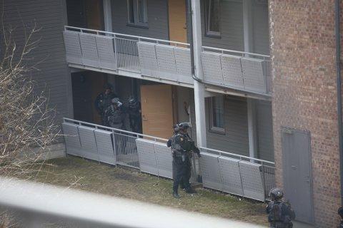 Ni betjenter fra Beredskapstroppen rykket ut til en leilighet på Holmlia onsdag ettermiddag.