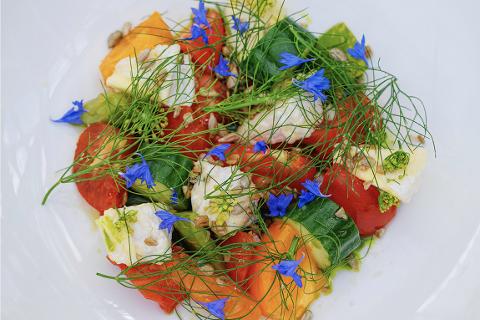 FRISK: Lokal ost og friske blomster kan utgjøre en stor forskjell. Denne oppskriften er særdeles enkel.