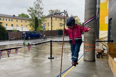 LINE: Her går seks år gamle Hanna på slakk line med gummistøvler på 17.mai.